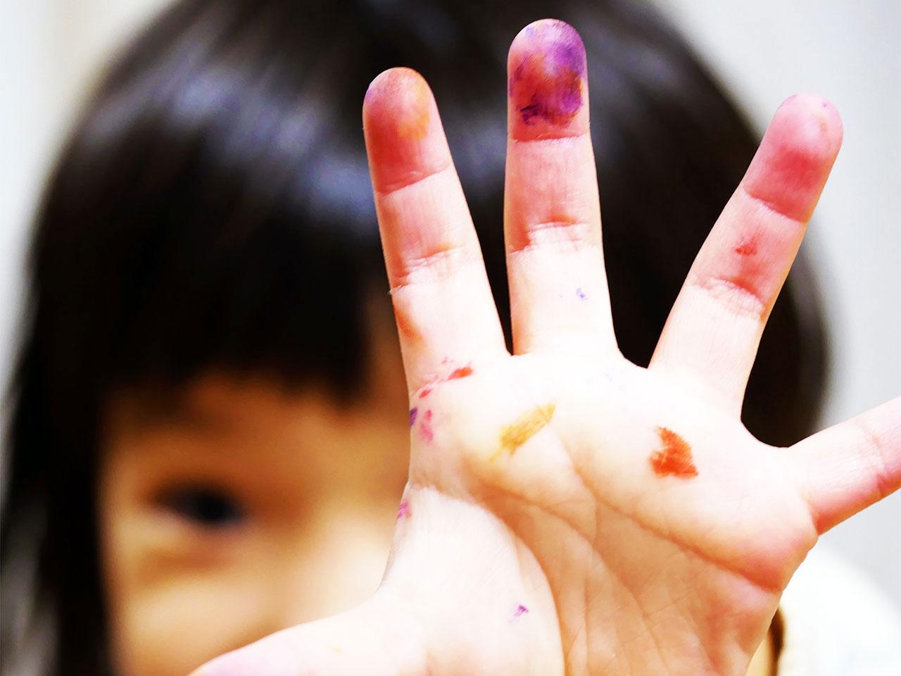 絵の具で汚れた手